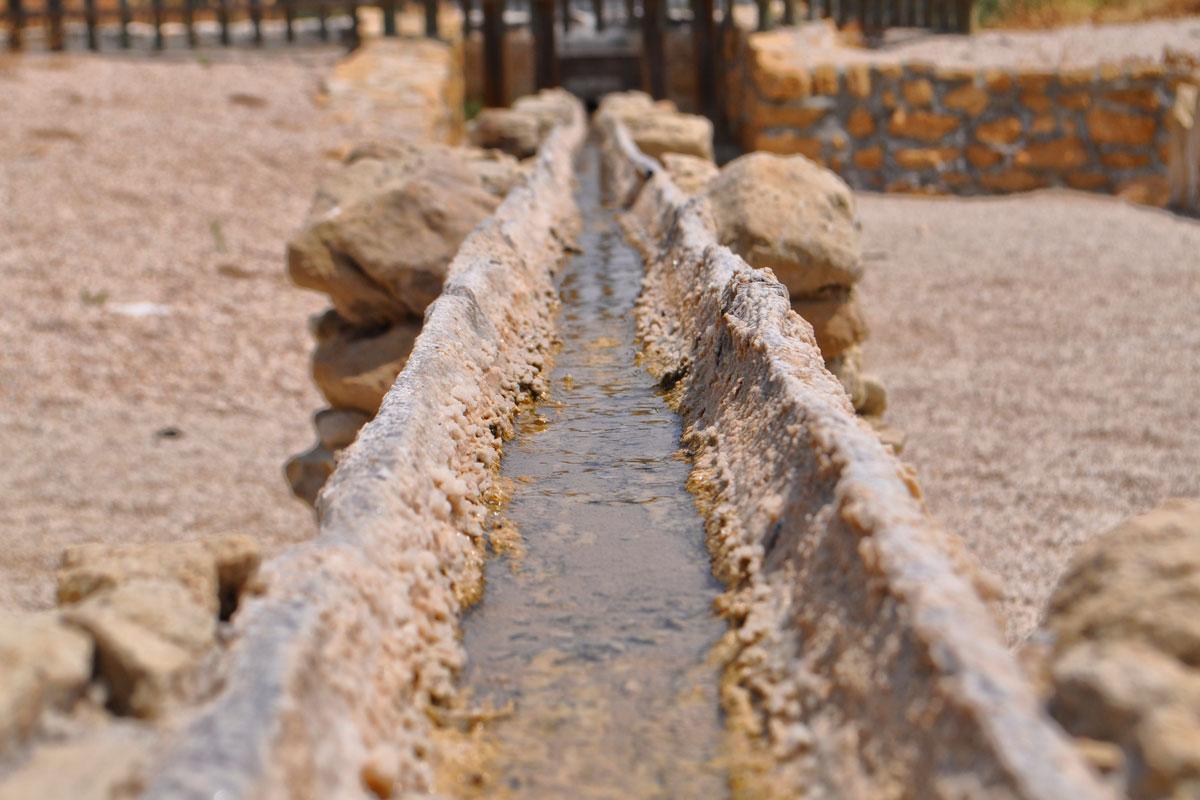 Canal de madera que transporta las aguas saladas.