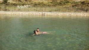 flotando en agua salada